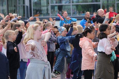 La det swinge: Dans, sang og lek sto i fokus da elever og lærere fra åtte skoler møttes i sentrum av Narvik for å feire seg selv og hverandre.