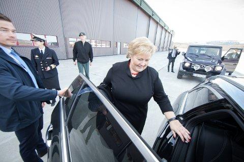 GRUNNSTEIN: Det er litt over ett år siden statsminister Erna Solberg besøkte Evenes sist. Den gang på Evenes flystasjon, som er en direkte årsak til at skolen i Evenes nå utvider med antall elevplasser. 18. august kommer hun for å legge ned grunnsteinen til den nye skolen i Evenes.