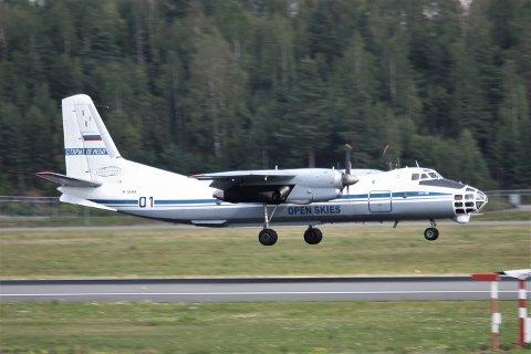INSPEKSJON: Mandag kom et rusisk Antonov AN-30 til Gardermoen. Her skal flyet og utstyret om bord inspiseres av norske myndigheter før det flyr videre til Baredufoss