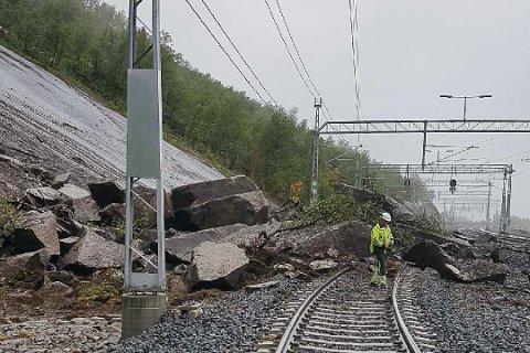Store mengder stein: Bane Nor har de siste dagene fjernet mengder med stein, og åpnet to av sporene ved Rombak stasjon. Men det tredje sporet, spor 3, vil være stengt i flere uker.