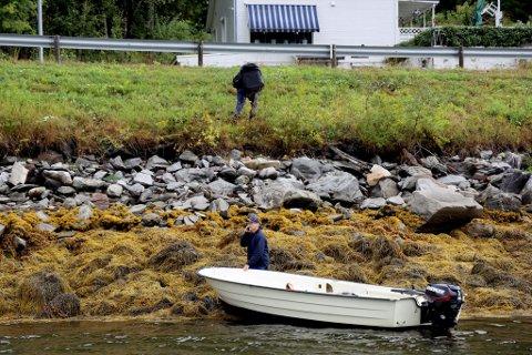 Én unnagjort, flere igjen: Her har Mons Cronblad Eliassen akkurat forlatt båten til Agnar Sjursen, på Narvik-siden av steinraset. Båteier Sjursen forteller at han forventer en lang dag i båten sin.