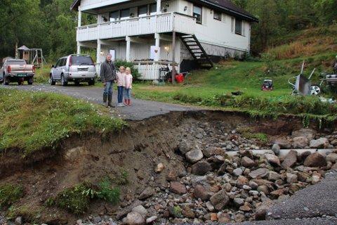 Sofie (9) og Live (7)  kan sammen med bestefar Eldar Bakkemo konstatere at flommen har gjort stor skade i innkjøringen til familien Gabrielsen Olsen.
