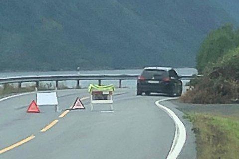 Overser veisperring: Her kjører den svarte personbilen forbi veisperringen som er satt opp i forbindelse med jord- og steinraset i Beisfjord. Foto: Fremover-tipser