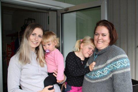 Åpen dør: Når dagen ble ganske annerledes for voksne og barn i Beisfjord, åpnet Emmeli Kristiansen og Marte Kufaas dørene på Fjordhuset og inviterte folk i alle aldre til gratis kaffe og vafler. Og folk kom.