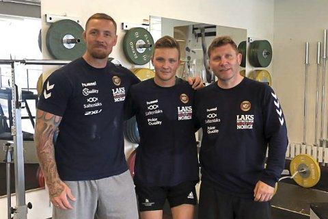 Mathias Næss flankeres av Fritz Aanes (t v) og Eren Gjægtvik.