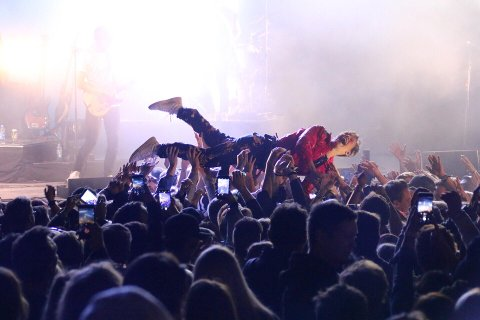 STAGEDIVE: Sondre Justad stagediver inn i publikum under konserten på Haikjeften 2019. Nå kan Haikjeften stagedive med overskuddsresultat fra første festivalår.
