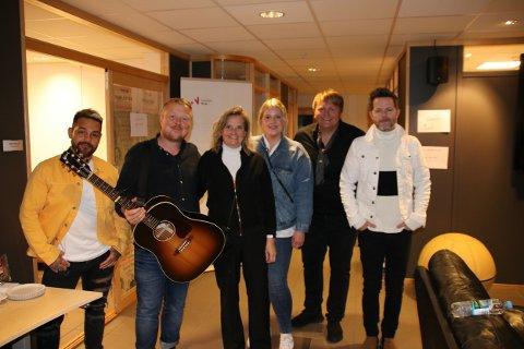 Møtte idolet: Det ble et hyggelig møte backstage da Linda og Tine (til høyre for Kurt Nilsen) fikk møte kvartetten som avsluttet haikjeften 2019.
