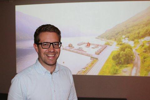 Det koster ikke mer å tenke stort: Helge Edvardsen ledet allmøtet på Fjordhuset i Beisfjord som hadde som mål å lodde stemningen for mer enn en løsning som kun sikter på å ivareta sikkerhet og beredskap. På vegne av bygdeutvalget presenterte han offensive planer som kan la seg realisere på sikt.