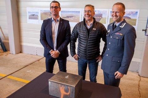 Utbyggingssjef John Ommund Syvertsen Forsvarsbygg (til venstre) sammen med forsvarsminister  Frank Bakke-Jensen og luftvingsjef oberst Eirik Guldvog 133 luftving