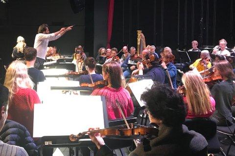 Ypperlig allsidig: Dirigenten, tsjekkeren Petr Popelka overlater ingenting til tilfeldigheten før kveldens klassiske begivenhet i Narvik kulturhus. Hele dagen har orkesteret øvet, finpusset og lagt siste hånd på verket – en perlerad av kjent, kjær og vakker musikk.
