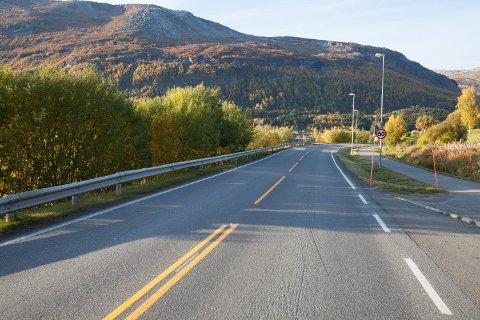 Kjørte ut: Kvinnen i 20-årene krysset veien før bilen havnet i grøfta like etter det autovernet slutter. Ulykkesstedet er ved det gamle Lambertsen-verkstedet like før Bogen i Evenes.