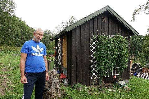 Ole Kvitvik har et av regionens siste uteto ved huset sitt i Framneslia.