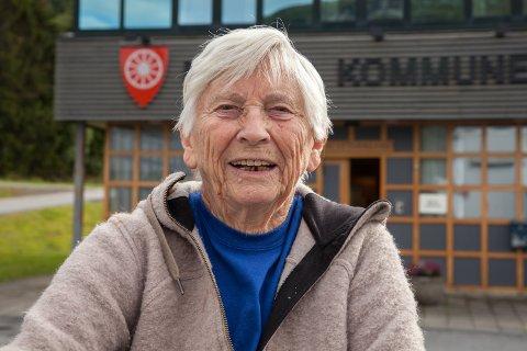 BETENKT: Ingrid Elvemo (87) mener at et hvert pust som gir liv til motsetningene mellom Liland og Bogen, er ille. Hun har stemt for å motvirke polariseringen i bygdekrangelen som har blusset opp etter vedtaket om å bygge ny skole i Evenes.