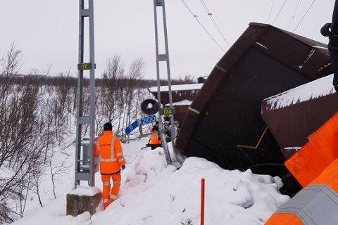 AVSPORING: Onsdag kveld sporet et fullastet malmtog av ved Gäddmyr, drøye to mil sør for Kiruna. 16 fullastede vogner sporet av. Slik så det ut på stedet torsdag.