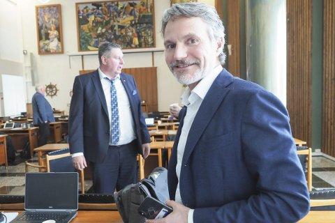 NÆRINGSLIVSTOPP: Eirik Frantzen, administrerende direktør i Nordkraft. Her i bystyresalen ved en tidligere anledning, i kraft av vervet sitt som styreleder i Narvikfjellet AS. I bakgrunnen ordfører Rune Edvardsen.