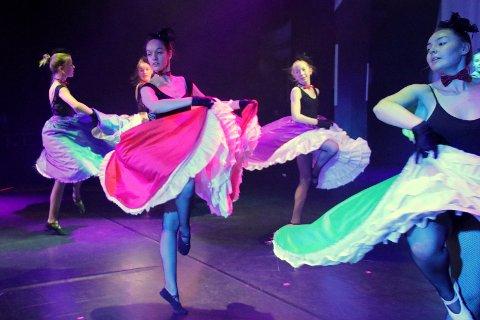 Levende festfyrverkeri: FForestillingen i kulturhuset lørdag åpner majestetisk med fransk løvemusikk av Saint-Saëns, men avsluttes fargesprakende og heseblesende når kulturskolens dyktige dansere slår seg løs til musikk av valse- og polkakongen Strauss.