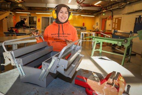 MÅLBEVISST: Kurdiske Sara Vanros (39) har gjort unna grunnskolen på et år. Nå er hun i gang med bygningsfag på Kvaløya videregående skole.