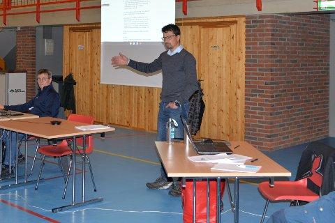 ENGASJEMENT: FAU leder Rune Skog under folkemøtet i Bjerkvikhallen.
