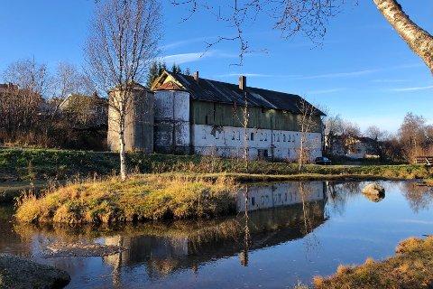 LEILIGHETER: Tangvik Eiendom AS ønsker å børste støv av gamle planer og bygge leiligheter i den gamle låven i Elvedalen i Taraldsvik.
