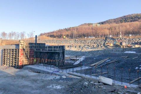TOMT: Arbeidene i tomta til den nye brannstasjonen i Narvik er godt i gang. Nå er også tomta overdratt til Narvik kommune.