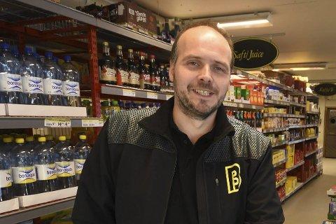 KJØPMANN: Esben Nøstdahl ved Bunnpris Kjøpsvik merker konkurransen fra grensehandelen selv om kjøpsvikingene har rundt ti mil lengre vei til grensa enn folk i Narvik sentrum har.