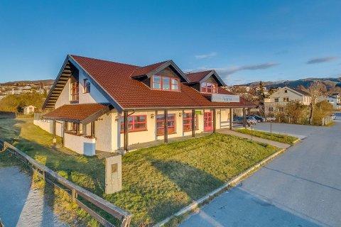 STOR INTERESSE: Det er stor interesse for bygget til Narvik sparebank i Bjerkvik. – Vi har hatt mange forespørsler og det er flere som er interessert. Det har også kommet inn bud på eiendommen, forteller daglig leder ved Aktiv eiendomsmegling i Narvik, Tone Viklem Olsen.