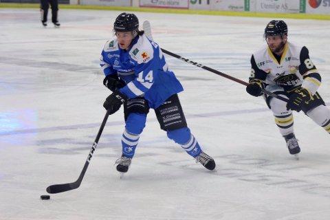 NYSIGNERING: Kenneth Pappalardo Gulbrandsen fikk ingen drømmedebut for Narvik Hockey, da han måtte se Chad Costello (t.h.) og gjestene legge hele åtte pucker inn bak vertenes målvakt.