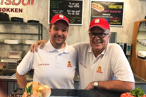 TAKKER FAREN: Når Rudi Olsen (til venstre) skal forklare hvorfor Det lille kjøkken er nominert til Årets bedrift, er faren Asbjørn Olsen den første han trekker frem. Foto: Privat