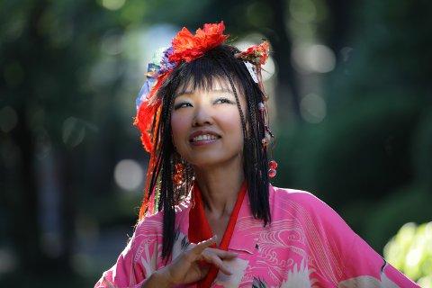 Tilfører en ny dimisjon: En av Japans største artister, norgesvennen Sizzle Ohtaka, kommer til Vinterfestuka sammen med en norsk trio bestående av fremragende musikere med stor musikalsk tyngde og variasjon … forankret i jazzen. Og i rock. Ohtaka bruker sin ekstraordinære, fleksible og unike stemme til å skape helt spesielle musikalske øyeblikk.