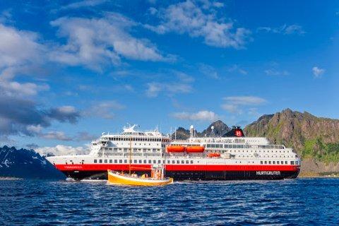 PERMITTERER: Korona-viruset stopper nå også Hurtigruten. De permitterer ytterliger 2.600 ansatte, og 14 av 16 skip blir midlertidig tatt ut av drift.