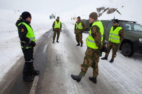 BISTAND: På Bjørnfjell har politiførstebetjent Mats Westby AAmodt fått bistand fra Heimevernets innsatsstyrke Claymore for å passe på grensen. Nå skal politiet ansette flere for å styrke kontrollen på grensestasjonene.
