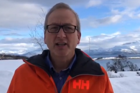 ORDFØRER: I en videohilsen på Evenes kommune sine nettsider, ber Evenes-ordfører Terje Bartholsen frivillige om å melde seg. Se videoen nederst i saken.