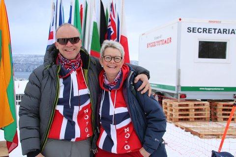 Jubilant: Tor-Arne Amundsen og Adelheid Flakstad startet 60-årsdagen til Tor-Arne som publikummere i bakken. Og det med dagens mest imponerende antrekk; norske farger fra topp til tå. Kubjellene toppet det hele. Flere burde følge parets eksempel når mesterskapet fortsetter.