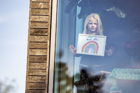 Fredrikstad 20200331. Maja Meek (6) holder et bilde av en regnbue og teksten Alt blir bra. Barn over hele landet har laget lignende plakater for å vise samhold og optimisme under Korona-krisen. Kampanjen er inspirert av en lignende kampanje fra Italia og på sosiale medier florerer det med bilder tagget med #altblirbra.Foto: Tore Meek / NTB scanpix