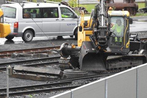 STOR SKADE: Ti meter av sporet og 43 sviller ble ødelagt da et malmtog sporet av. Nå må togselskapet punge ut.