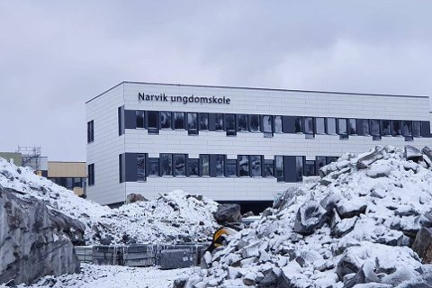 FINN ÉN FEIL: Nye Narvik ungdomsskole har fått opp skilt. Ser du hva som mangler?
