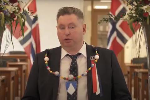 FRA RÅDHUSET: Ordfører Rune Edvardsen holdt 17. mai-tale fra kommunestyresalen i Narvik rådhus.