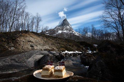 KAKE OG FJELL: Ideen var å ta bilde av Norges nasjonalkake foran Norges nasjonalfjell, Stetind, på nasjonaldagen.
