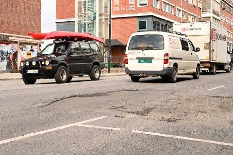 KJENT PROBLEM: Tusenvis passerer dette hullet på E6 i Narvik sentrum hver eneste dag.