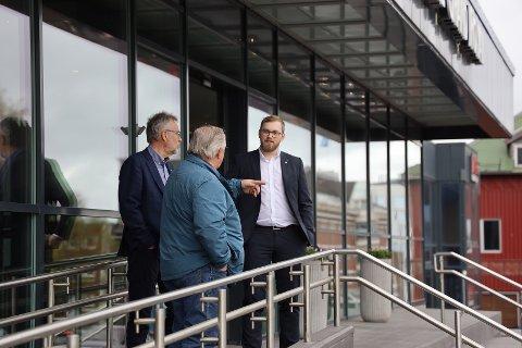 FYLKESRÅD: Bent-Joachim Bentzen skal forhandle om fremtidig bompengeordninger på Hålogalandsbrua. Her i samtale med Per Kristian Arntzen og Eliot Hansen fra Narvik Sp.