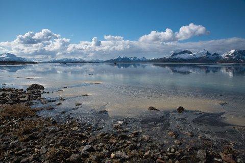 Utsikt mot Nesstraumen i Kaldvågfjorden og Innhavet marine verneområde.