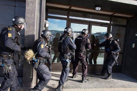 TOK INGEN SJANSE: Politiet valgte å troppe opp med skjold på adressen til mannen med øks. Illustrasjonsfoto: Marte Brohaug/ Forsvaret
