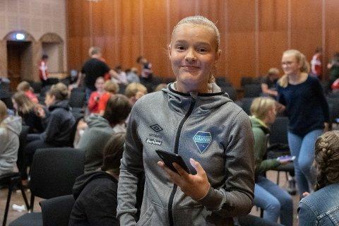 Bestod med glans: Frida Ulriksen (13) fra Håkvik var én av nær 120 unge spillere som gjennomgikk det obligatoriske smittevernkurset tirsdag kveld. Hun klarte uten problemer den nettbaserte «eksamensdelen» og fikk sitt kursbevis fra Norges fotballforbund.