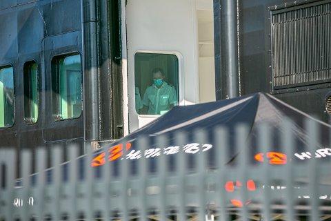 ISOLASJON: Hurtigrutens skip Roald Amundsen ligger fortsatt til kai i Breivika. Nå har kommunen overtatt den medisinske ledelsen om bord.