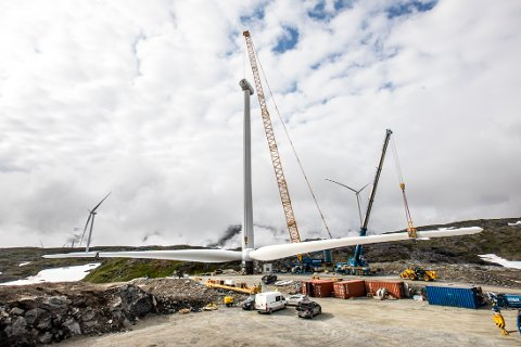 PÅ PLASS: I forrige uke ble siste vindmølle montert på fjellet i Sørfjorden. Til jul skal vindparken være i produksjon.