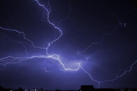 HELOMVENDING: I løpet av lørdag kveld vil være snu raskt. Det varsles om blant annet styrtregn og fare for lyn og torden. Illustrasjonsfoto: Crysis Rebel.