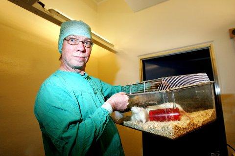"""ROTTEFORSØK: Psykologiprofessor Anders Ågmo med rotten """"108"""". Ågmo har gjort flere profilerte dyreforsøk ved Universitetet i Tromsø. Bildet er fra 2007."""
