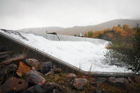 OVERLØP: Etter siste dagers nedbørsmengder er det store vannmengder i bevegelse i regulerte vassdrag, blant annet i Håkvikdalen.