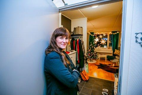 TOMT HOS TONE: Tone Ingebrigtsen fra Tromsø er en av nærmere en million nordmenn som bor alene. Nå aleneboere begrenset sosialisering de neste ukene.