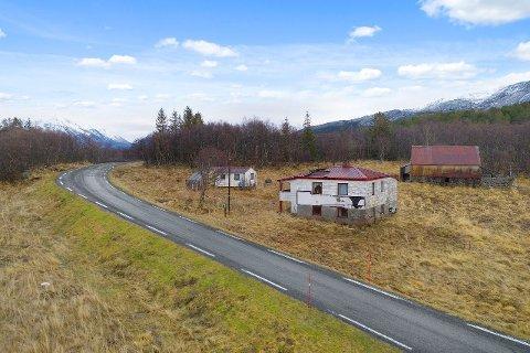FALLEFERDIG: På eiendommen ligger det en bolig, en gammel låve, et uthus og et naust. Alle bygningene er i meget dårlig forfatning, slik at de må enten totalrenoveres eller rives.